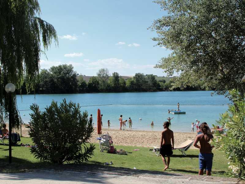 Stabilimento balneare con spiaggia su lago artificiale